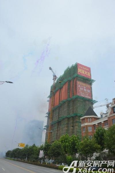 万成·哈佛玫瑰园万成哈佛国际7月项目进度 1#楼喜封金顶