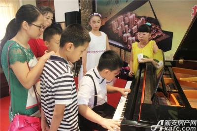 柏庄香域8月8日  柏庄香域少儿钢琴大赛—休息时间预演的小选手