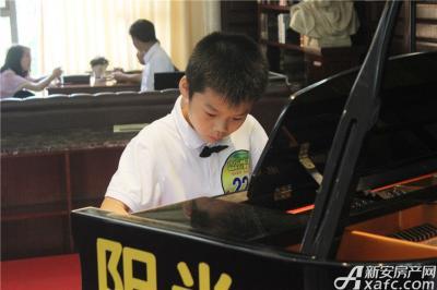 柏庄香域8月8日  柏庄香域少儿钢琴大赛—选手随音乐紧缩的眉头