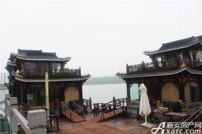 天景庄园天井湖上的船餐厅
