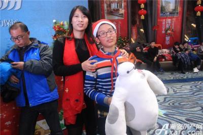 恒大绿洲恒大绿洲圣诞party—幸运家庭携大白合影