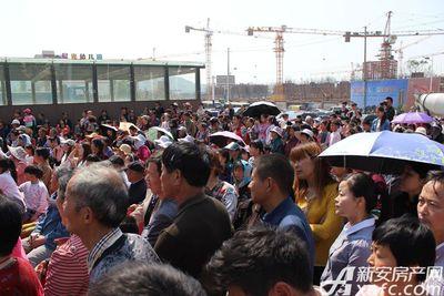 恒大悦龙台活动现场围观群众众多(2017.4.29)