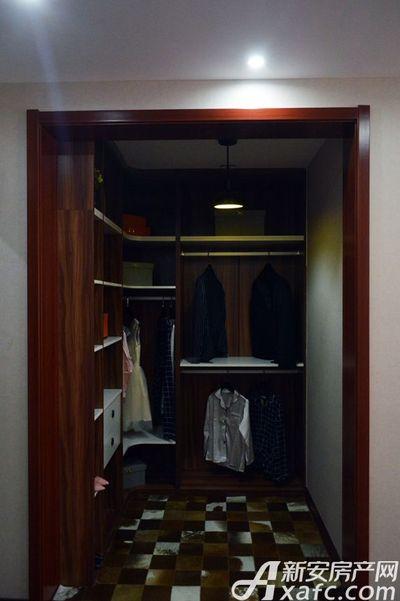万成·哈佛玫瑰园玫瑰园洋房样板间:主卧衣帽间