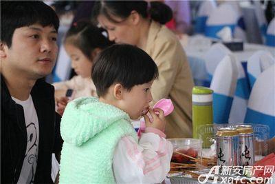 文一叶语湾小朋友吃龙虾